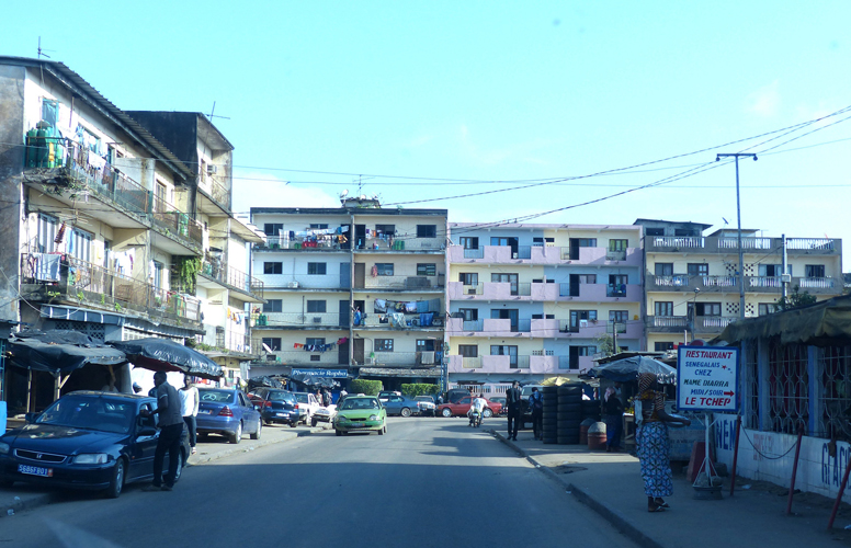 Le quartier Williamsville sis dans la commune d'Adjamé (immeuble d'habitations délabrés et des usages détournées dans l'espace public)