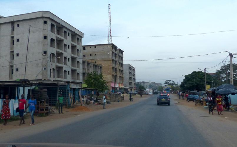 Des bâtiments inachevés cependant habités confèrent à Abidjan un aspect de ville en chantier