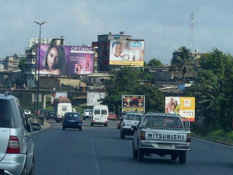 Les panneaux publicitaires décorant les axes routiers de la ville