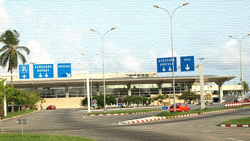 L'aéroport principal de la ville d'Abidjan, un bâtiment au style architectural moderne et minimaliste
