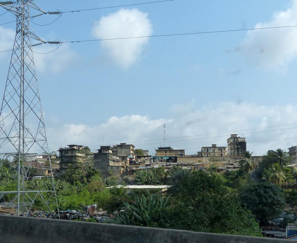 Un bidonville installé dans une enclave dans la commune de Yopougon
