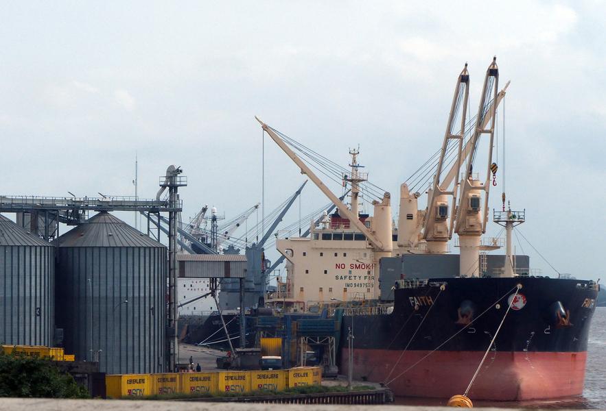 L'aspect industriel de la ville d'Abidjan, le port autonome de la commune de Treichville en effervescence