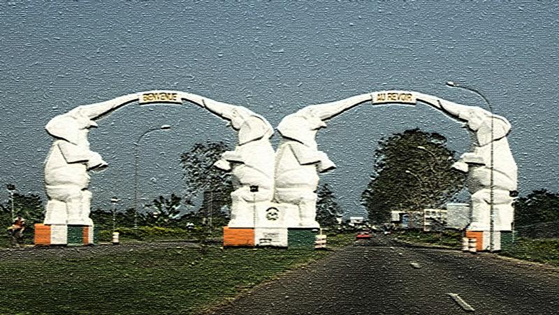 Des statuts d'éléphants à l'entrée de l'aéroport d'Abidjan (l'éléphant est l'emblème de la Côte d'Ivoire)