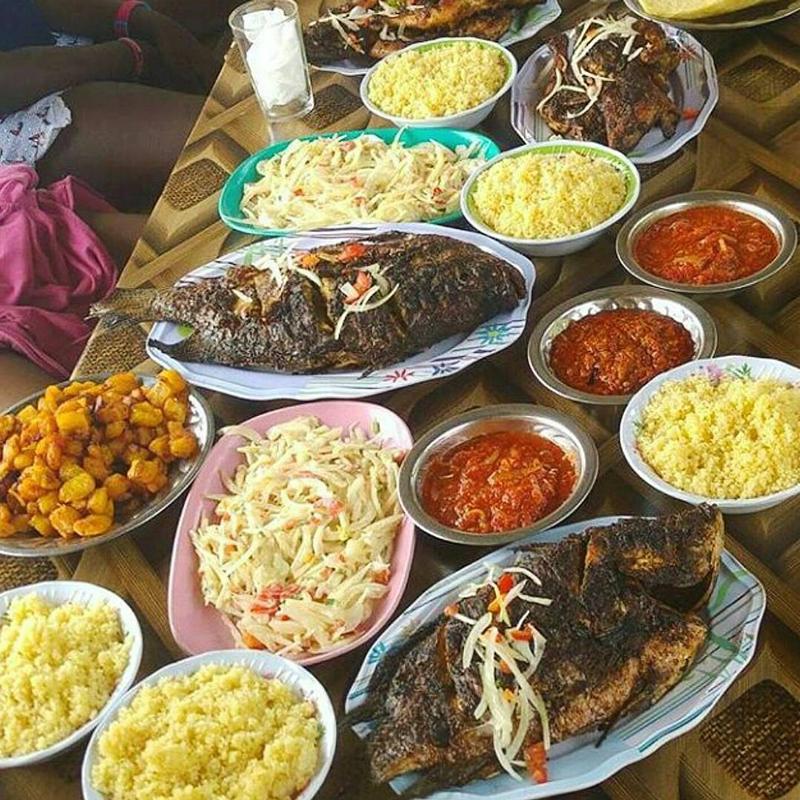 """Les copieux repas locaux (la semoule de manioc """"Attiéké"""", la banane plantain mûre frit """"Alloco"""" )"""