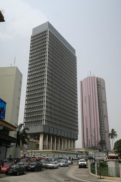 Un tour de bureaux où siègent les Ministères Étatiques