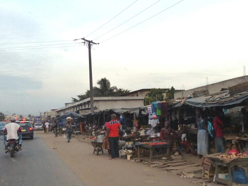 """Des commerces """"informels"""" qui bordent les rues"""